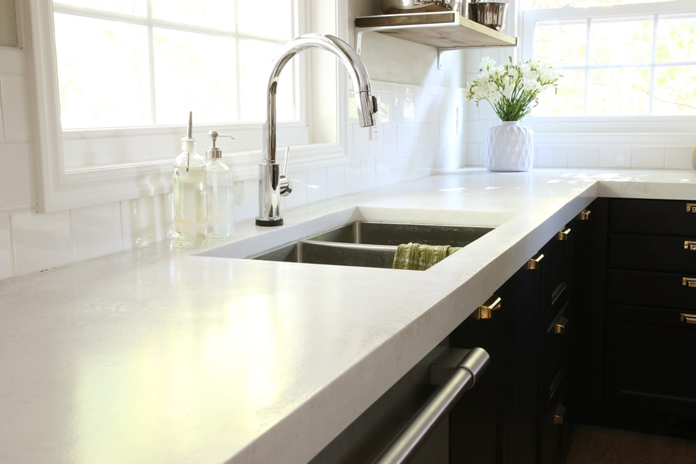This concrete countertop is so easy to do it's lovely! www.designertrapped.com